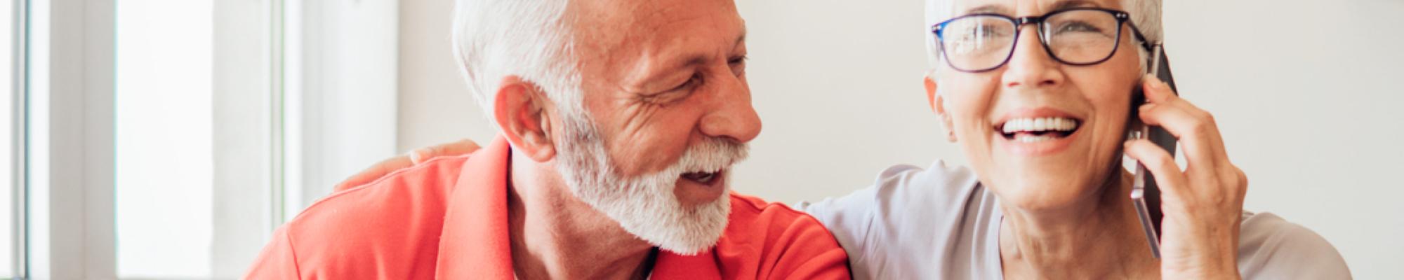Ouder stel dat lachend belt