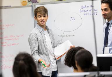 VMBO leerling voor de klas met whiteboard