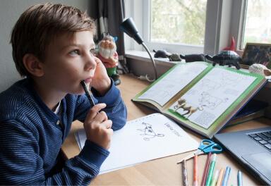 Kind uit groep 5-6 die nadenkt over zijn huiswerk