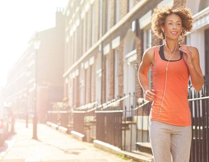 Vrouw die naar muziek luistert tijdens het hardlopen