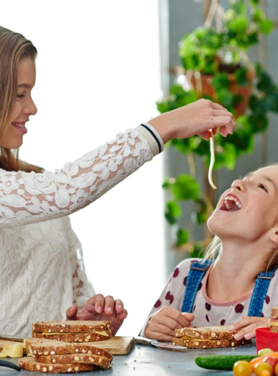 Twee meiden die kaas eten