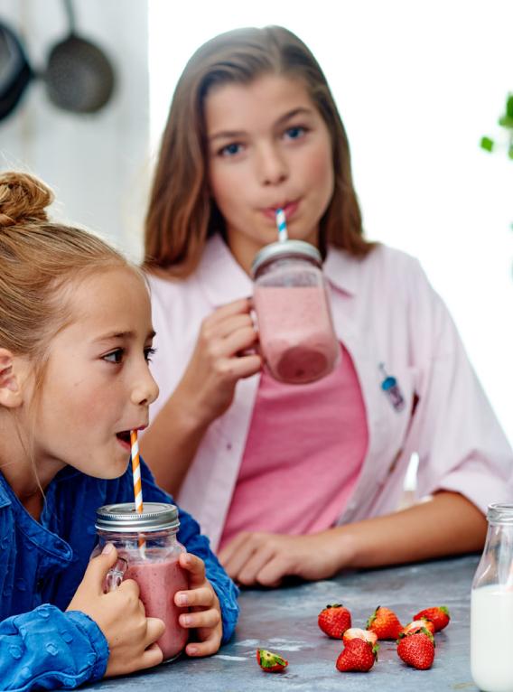 Twee meiden drinken een smoothie met zuivel