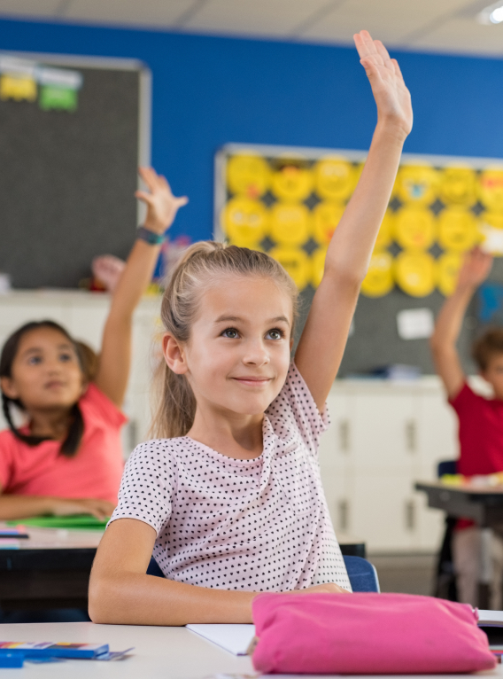 Kind steekt hand op in de klas