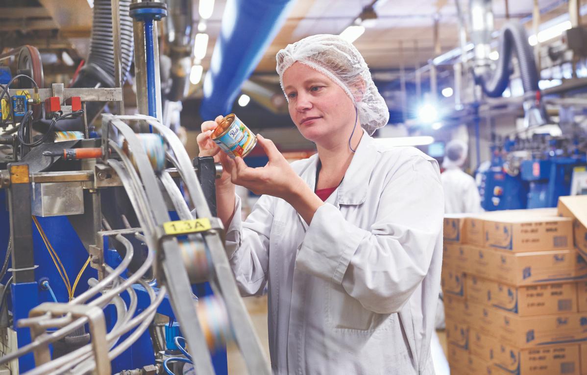 Vrouw controleert de kwaliteit van zuivel