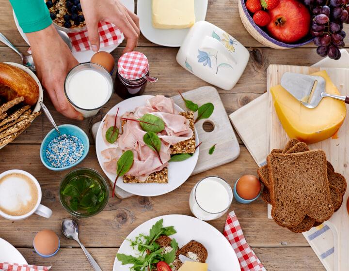 Lunchtafel met zuivelproducten en ander beleg