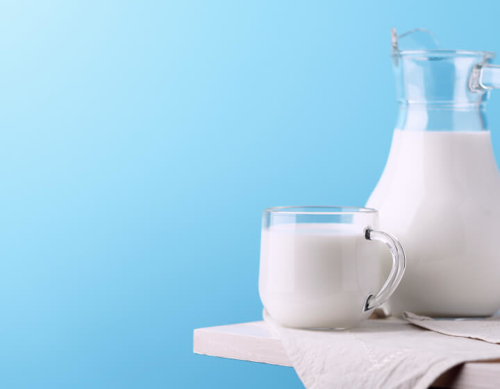 Een glas en kan met melk