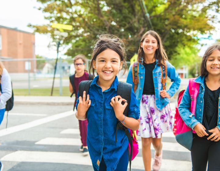 Kinderen lopend vanuit school