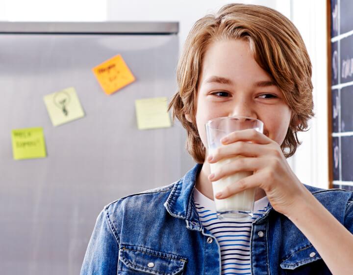 Jongen drinkt glas melk