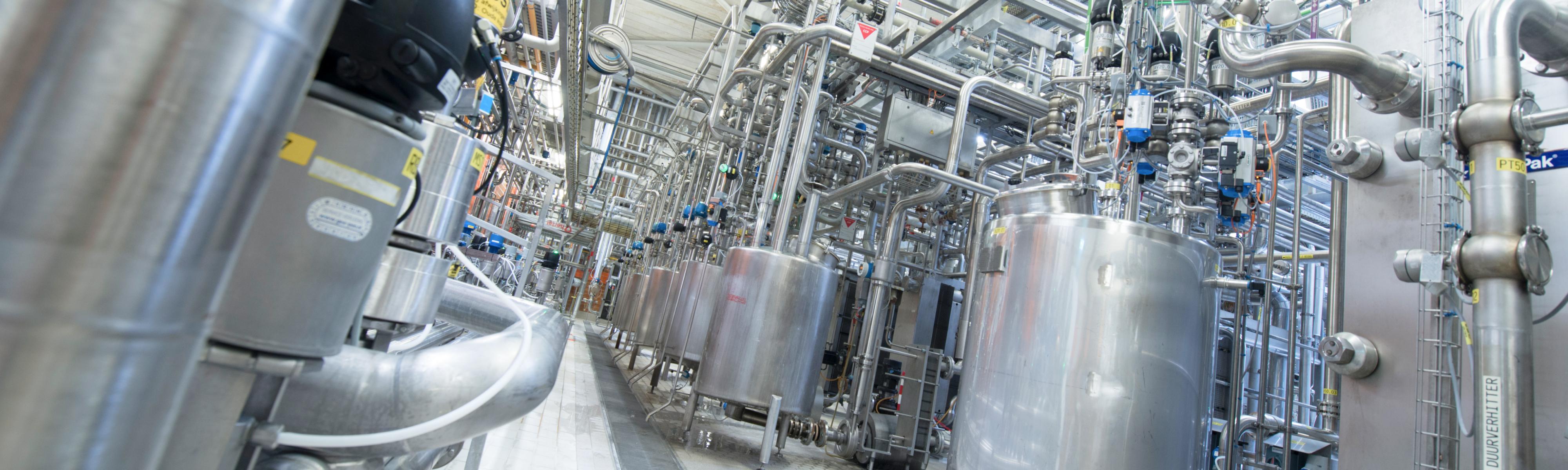 Machines in de melkfabriek
