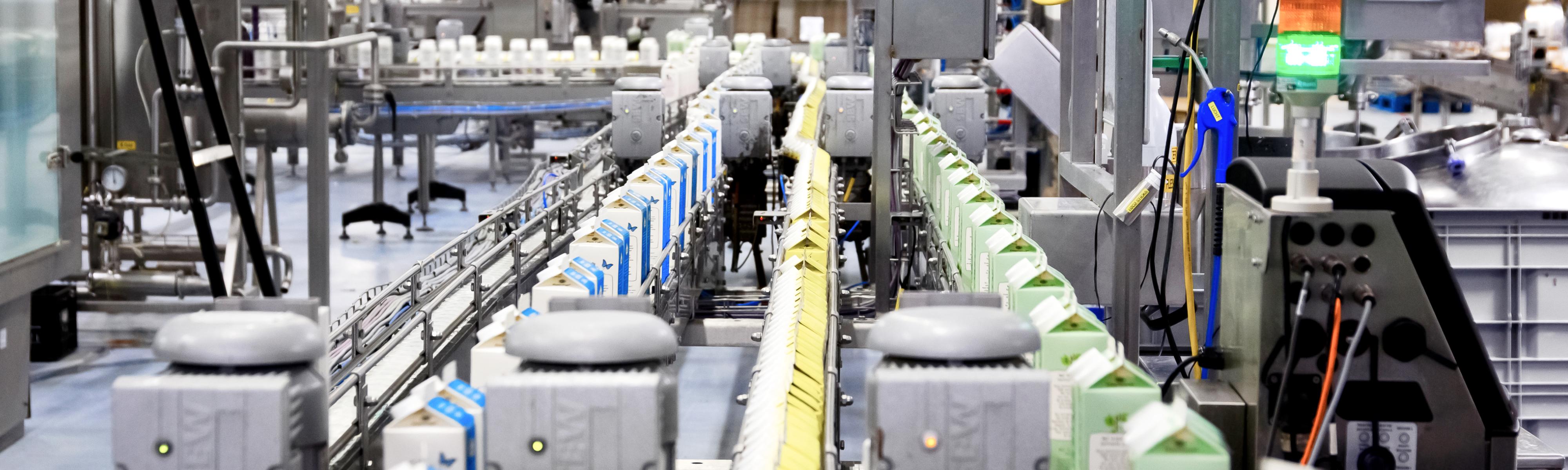 Pakken melk in de melkfabriek