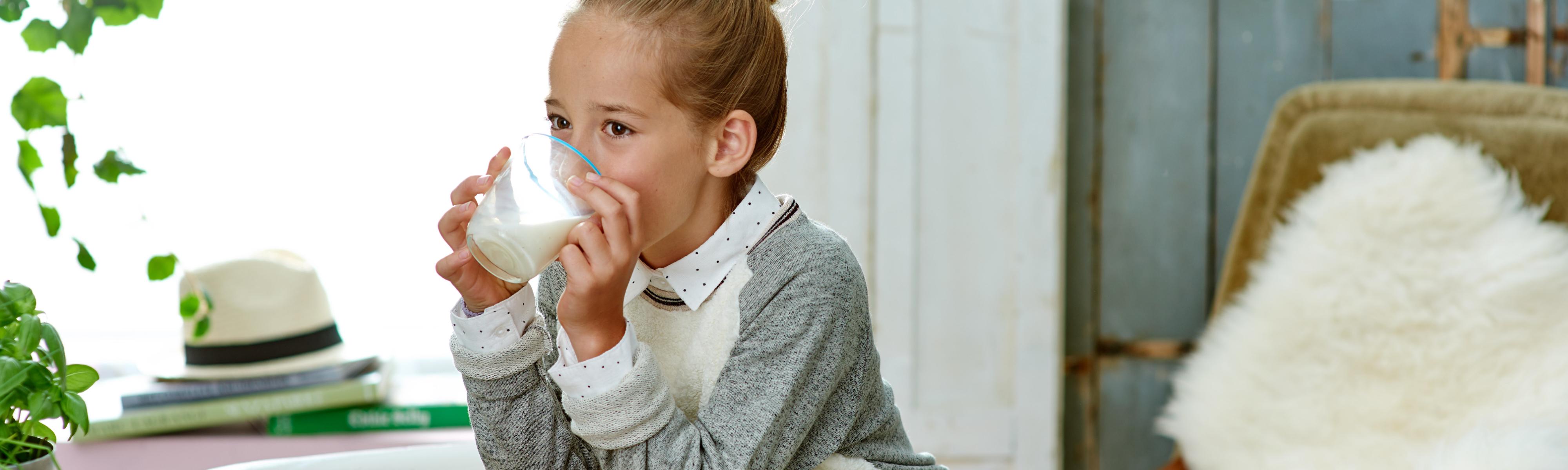 Meisje dat glas melk drinkt