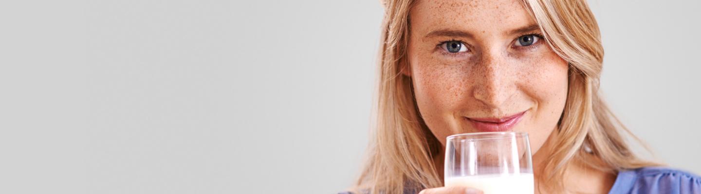 Vrouw met glas in haar hand