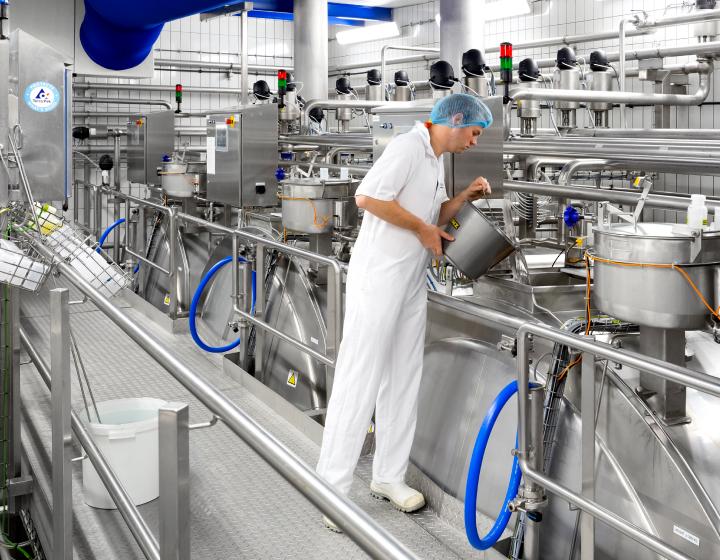 Medewerker in de zuivelfabriek