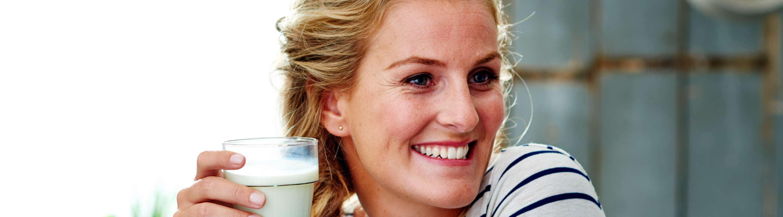 Vrouw met glas melk