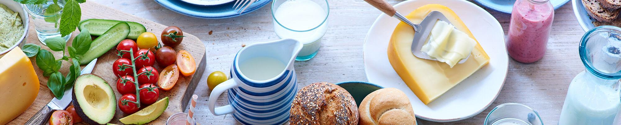 Lunchtafel met zuivel, broodjes en beleg