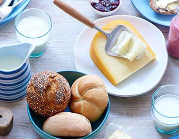 Broodjes en kaas op een tafel