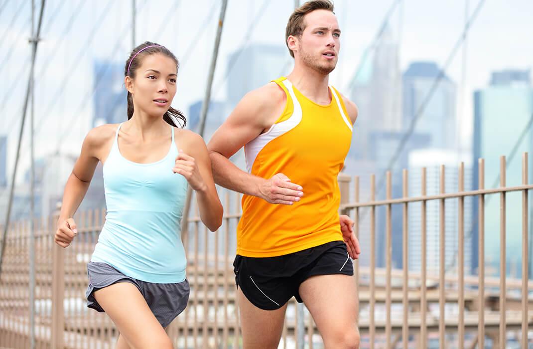 Man en vrouw die hardlopen in de stad