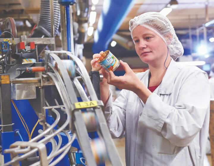 Kwaliteitsmedewerker in de zuivelfabriek