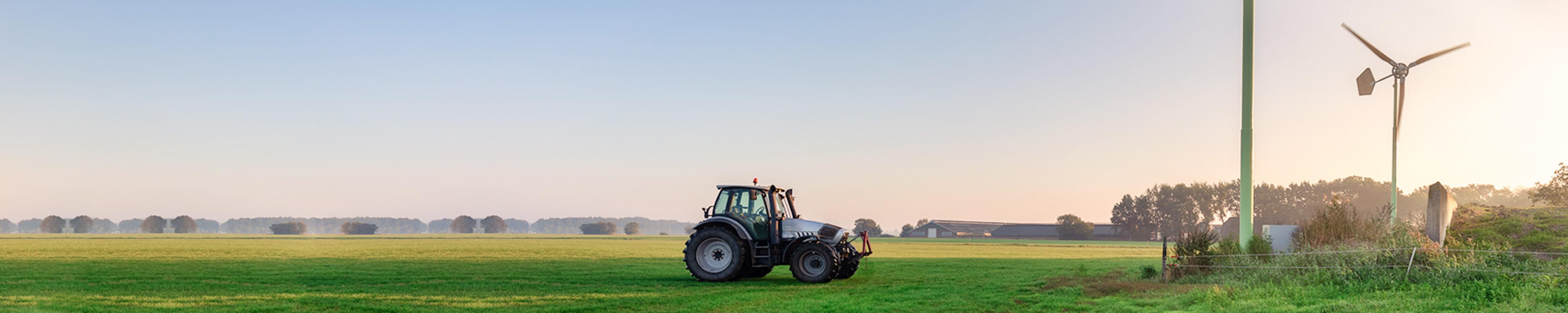 Tractor in de wei