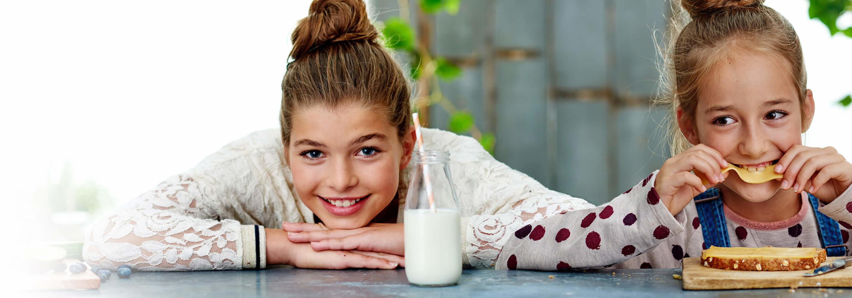 Kinderen eten en drinken zuivel