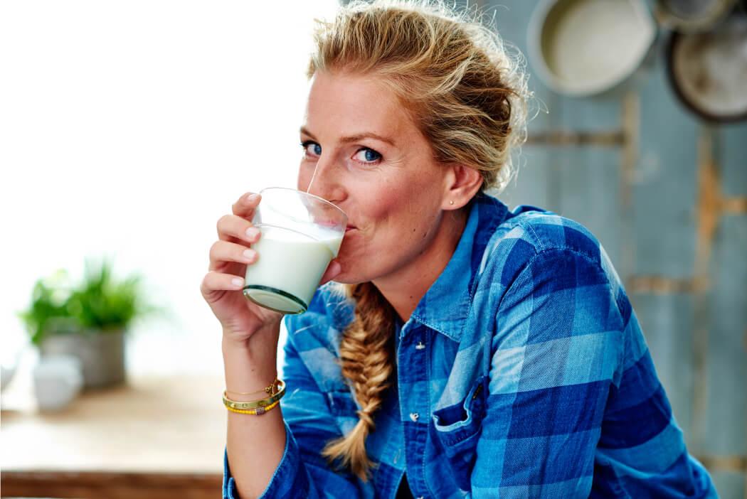 Vrouw die een glas melk drinkt